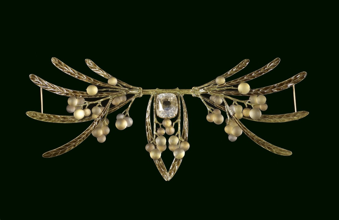 Brooch of berries and leaves. ca. 1903.