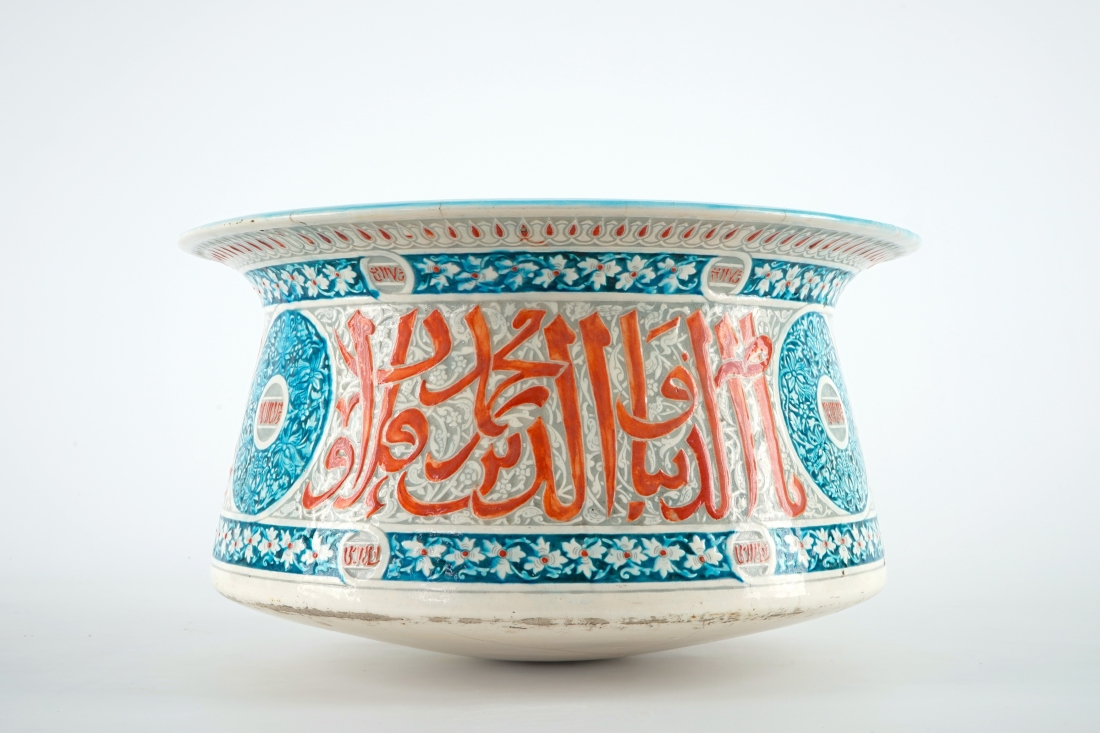 Large Mamluk revival ceramic basin. 19th c.
