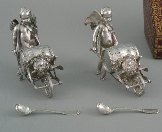 Mustard pots in the form of small boys pushing wheelbarrows containing barrels (detail). 1751-52.