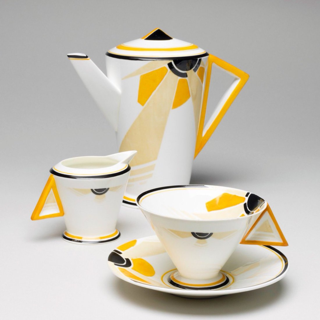 Coffee set in the Vogue shape and yellow Sunray pattern. 1930-33.