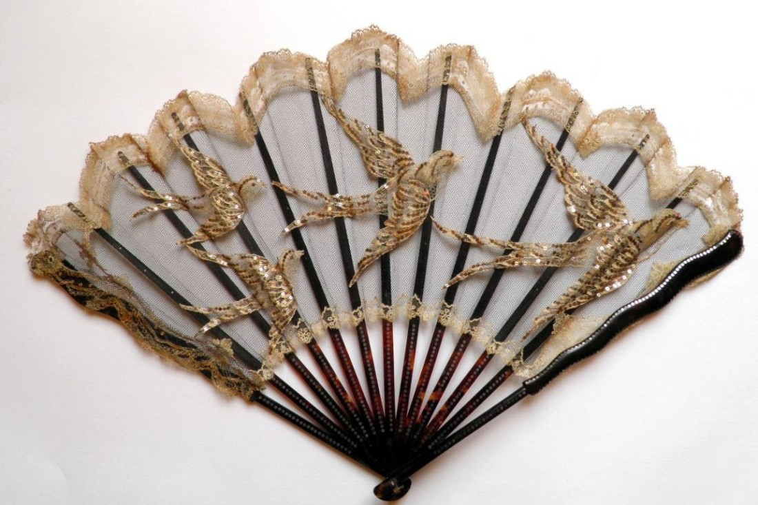 Fan with a motif of swallows made of lace. ca. 1900.